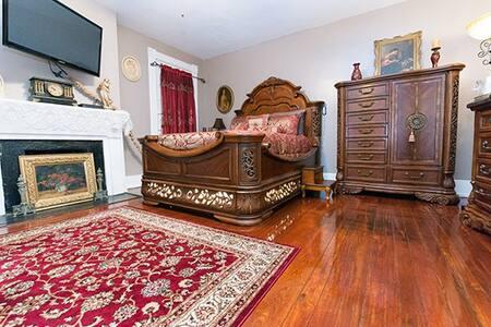 McMillan Inn Drayton room - Savannah