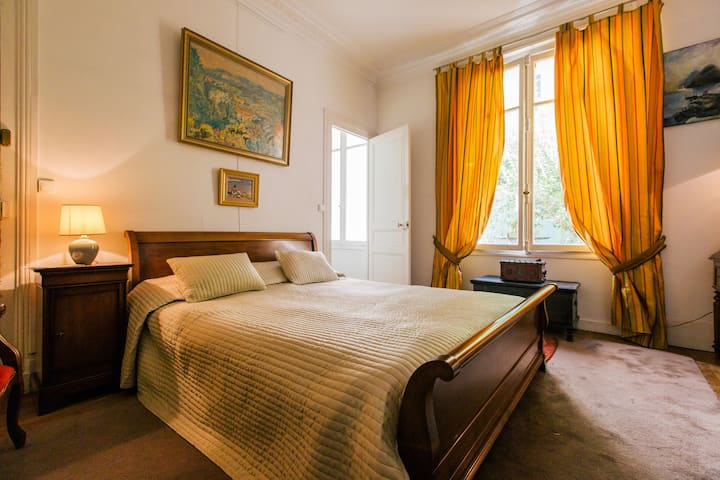 Flat a  with private garden in a Paris guest house