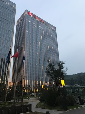 紧挨市政府华美达Ramada hotel酒店式公寓,免费享受5星级华美达酒店式换洗打扫、洗衣服务