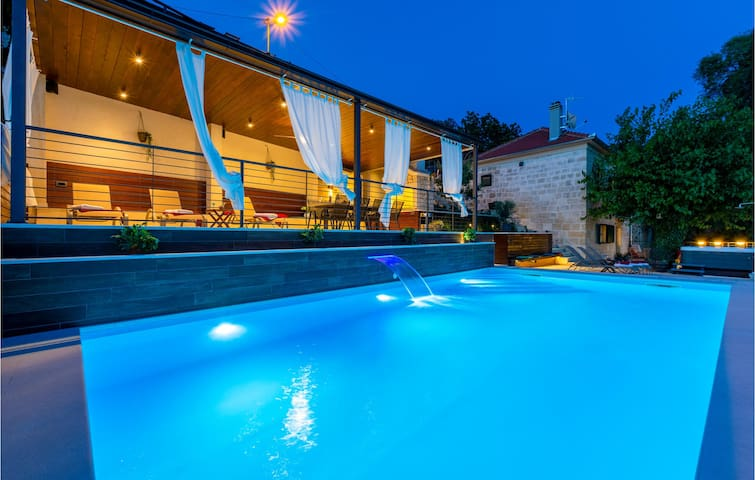 Holiday cottage with 4 bedrooms on 150m² in Otok