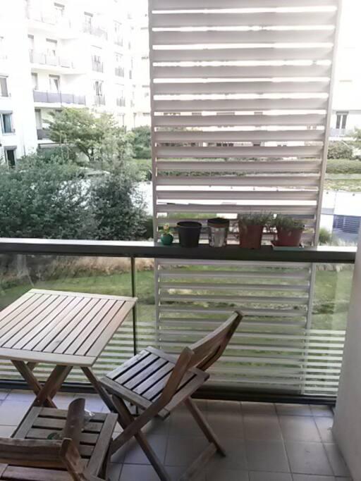 Une chouette terrasse, avec un petit espace vert !