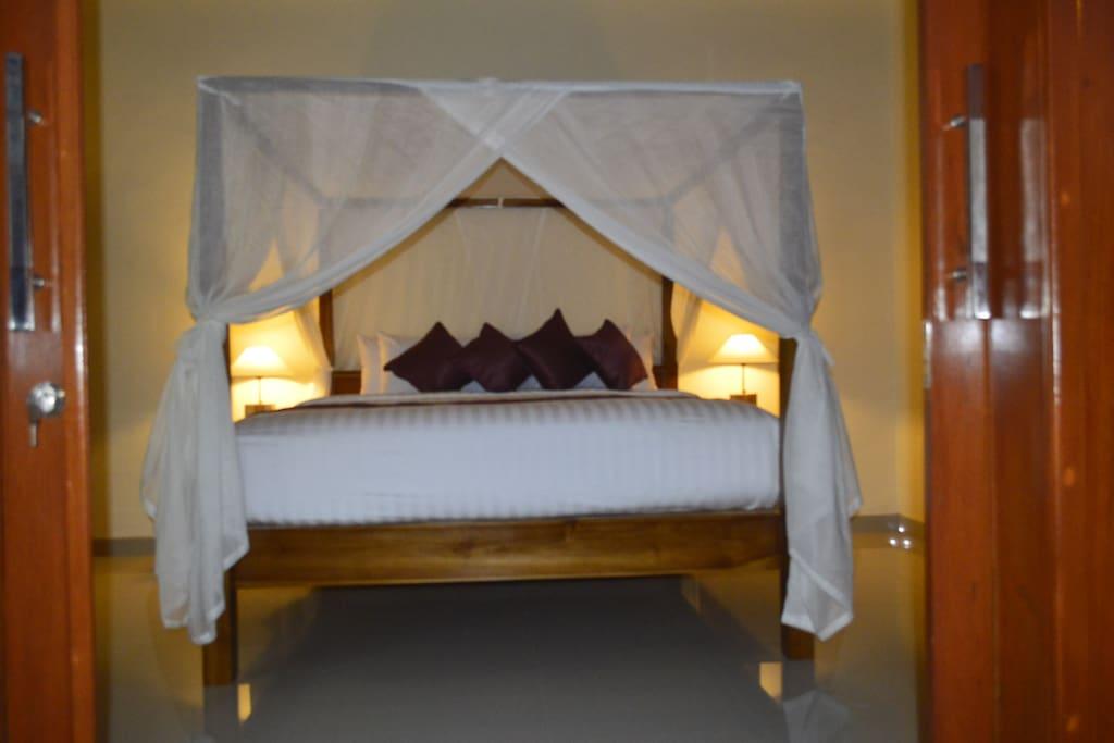 Bedroom with Comfortable king size bed, the photos is taken in the evening.