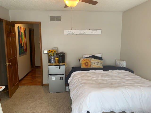 Cozy Room w/bay window & private bath