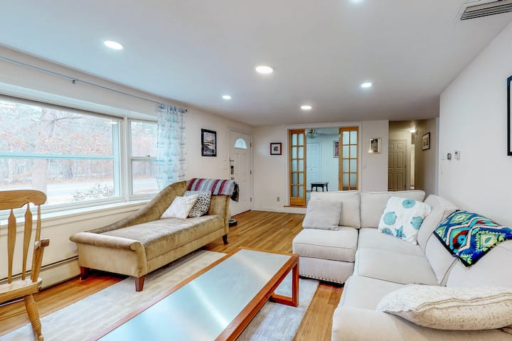 Ranch-style home w/ furnished deck, full kitchen, & nearby beach access