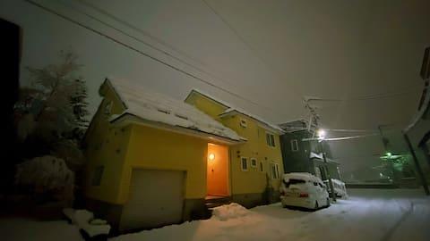 二世谷高性价比滑雪民宿yellow house,俱知安繁华街区,配套齐全,JR车站接送,每日滑雪班车