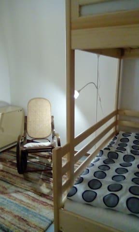 Ložnice s jednou patrovou postelí se čtyřmi lůžky. Vhodné pro rodiny nebo přátele.