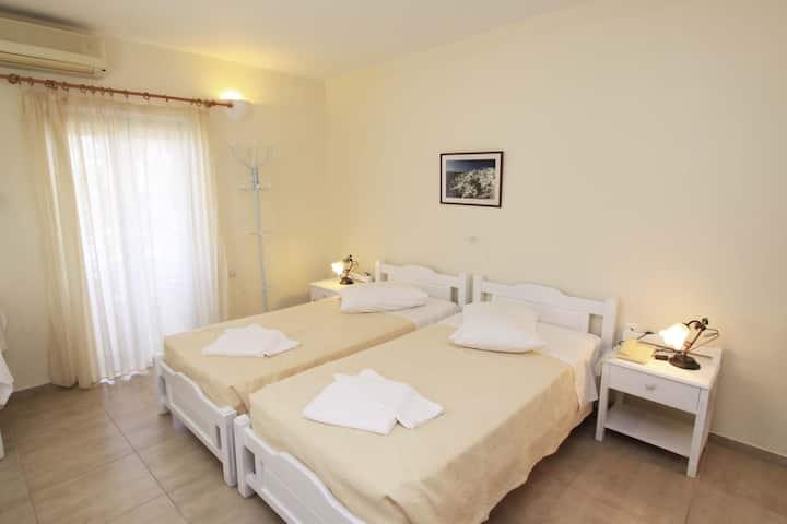 Ersi villas-Cozy Triple room with private balcony!