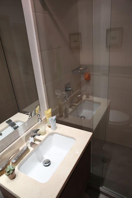 Baño moderno, independiente y siempre limpio.