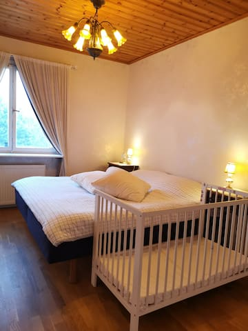 Bedroom 1 with a double bed (1.8m,OBS! Hästens) and a baby bed/卧室1, 一张双人床(1.8米宽,马牌),1张儿童床