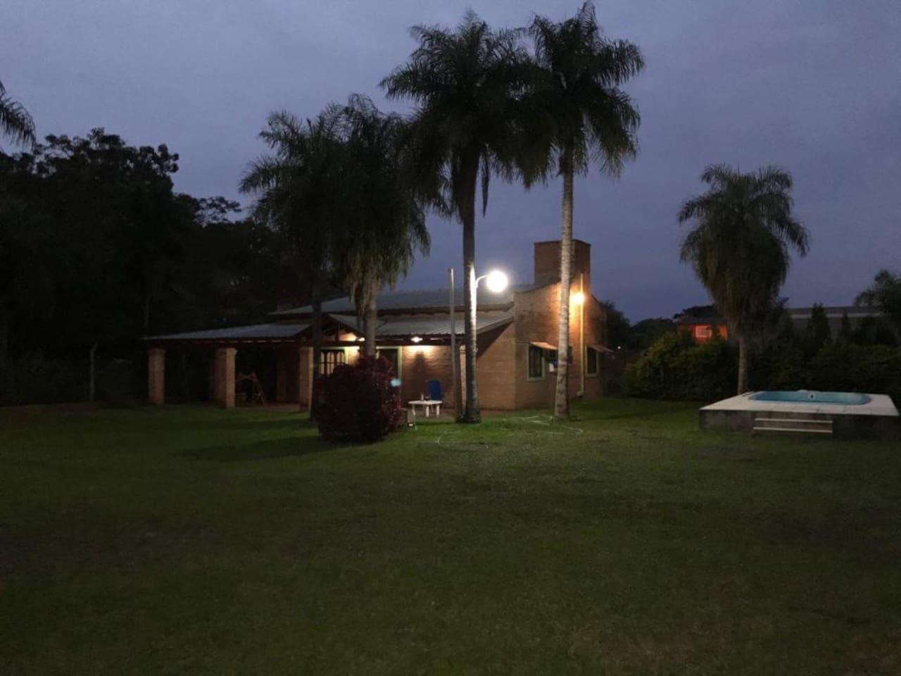 vista de la pileta y frente de la casa de noche