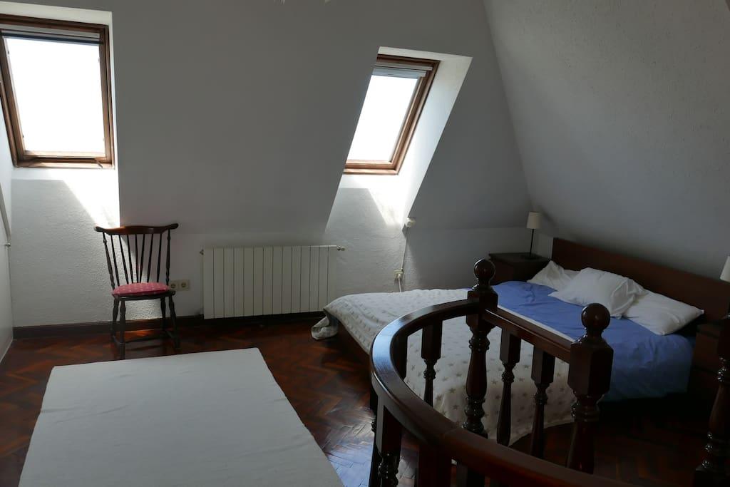 Dormitorio principal con baño/ducha en suite.