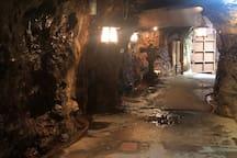 三段壁洞窟: 神秘的な洞窟で歴史と荒々しい波しぶきを楽しんでください。 /Sandanbeki Cave: Experience the history and fierce waves in such a mysterious cave.
