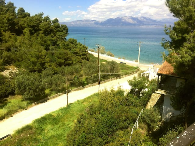 SEAFRONT Relaxing Holiday House by the Beach - Agii Apostoli - Vacation home