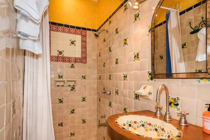 Om Sweet Home - 2 bd / 2.5 bath filled w/color! - San Miguel de Allende - Casa