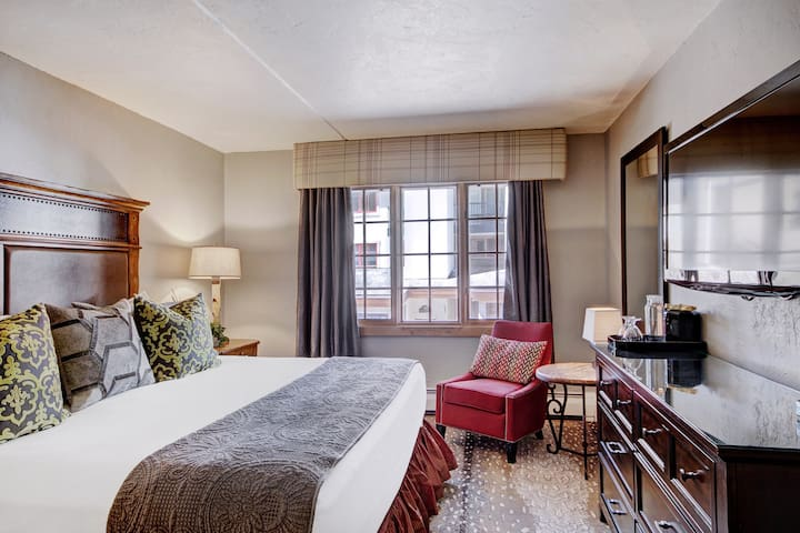 Cozy Room in Mountain Village Location| Full Service Pool + 2 Hot Tubs