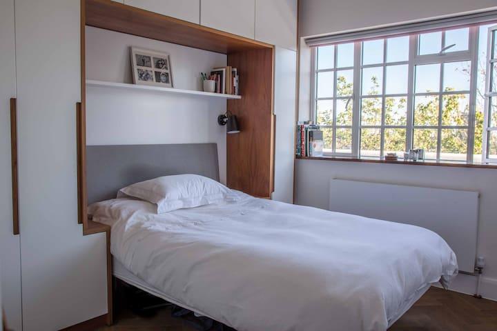 Luxury bedroom next to Overground in Hampstead