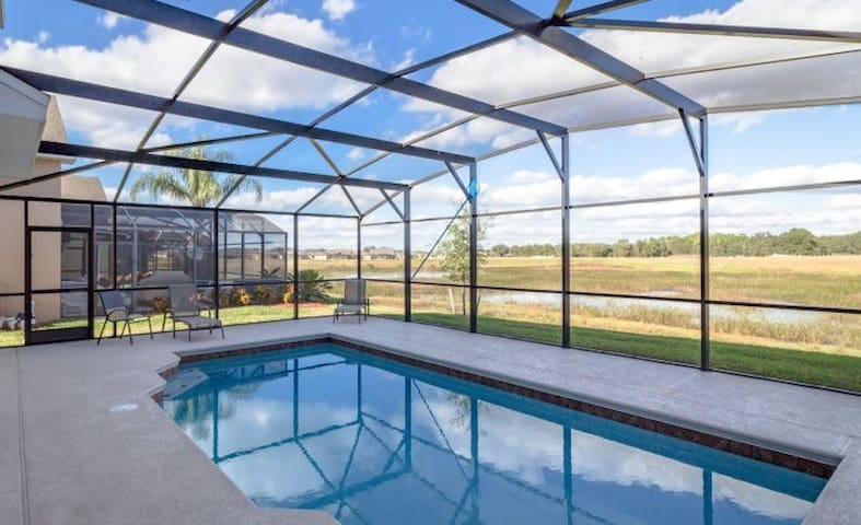 Spacious and Contemporary 5 B/R with Pool! #5MS040