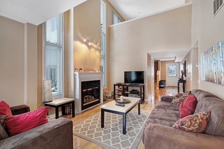 Spacious and convenient condo w/shared swimming pool and gas fireplace