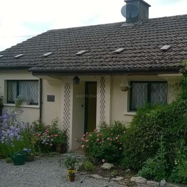 Cosy, quiet bright cottage with large garden