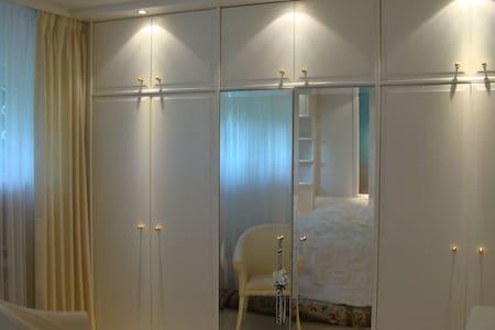 Quiet double room close to Frankfurt Airport/City - Rumah