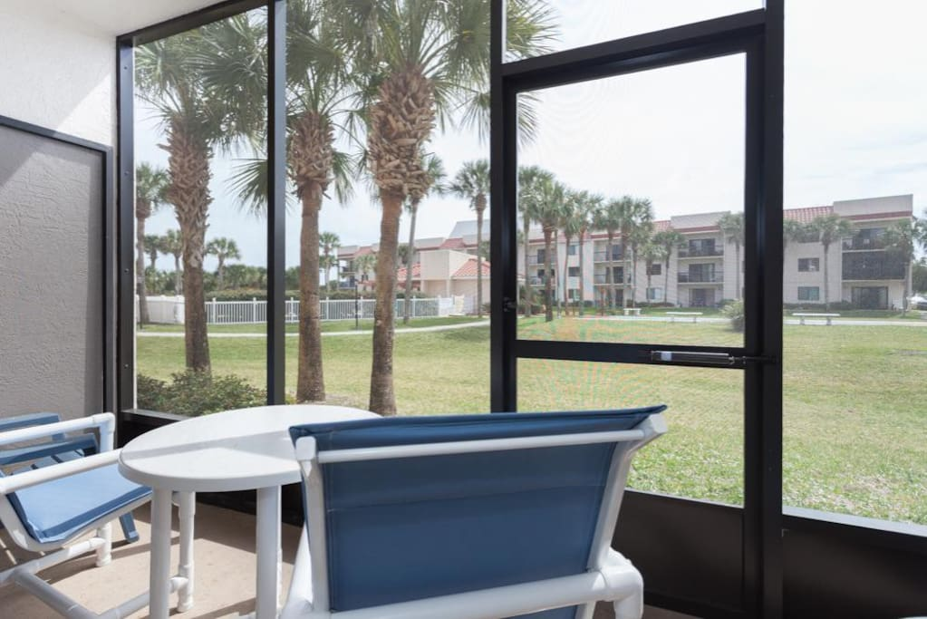 Ground floor outdoor lanai - Our ground floor vacation unit features a beautiful outdoor lanai that overlooks swaying palm trees