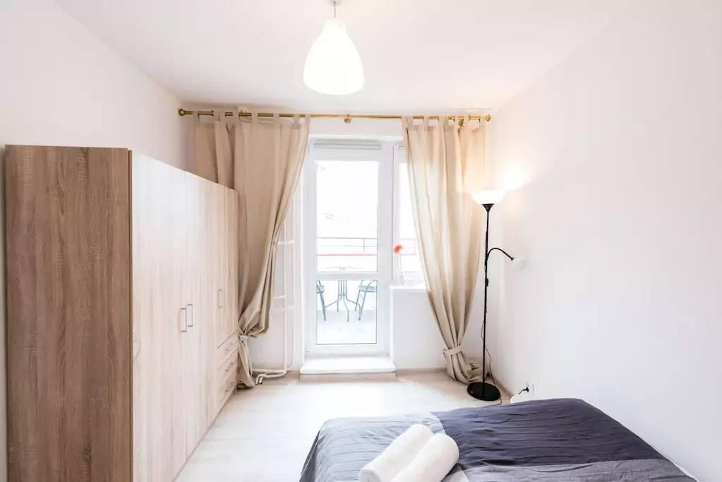 Szerokie, dwuosobowe łóżko (150 cm)