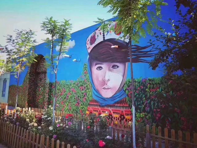 维吾尔族传统小院,四周巷道满满民族传统建筑风格