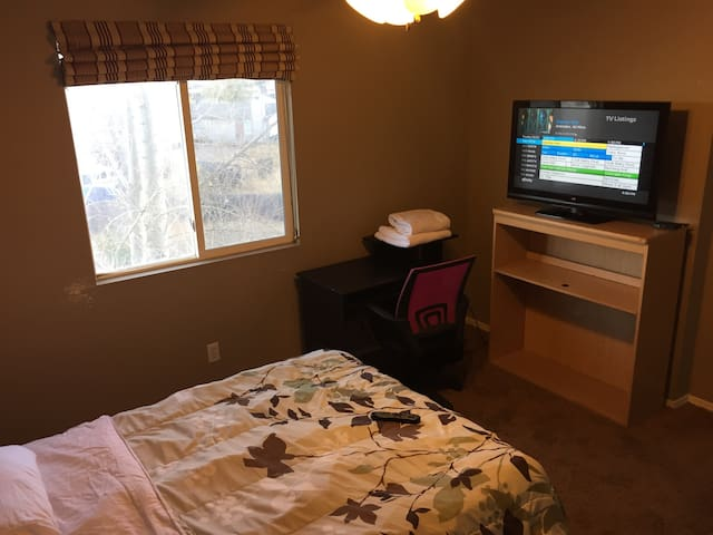 Cozy room, cable TV/WIFI 420 patio. - Colorado Springs