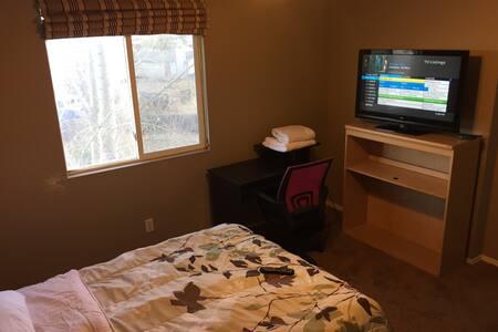 Cozy room, cable TV/WIFI 420 patio. - Colorado Springs - Talo