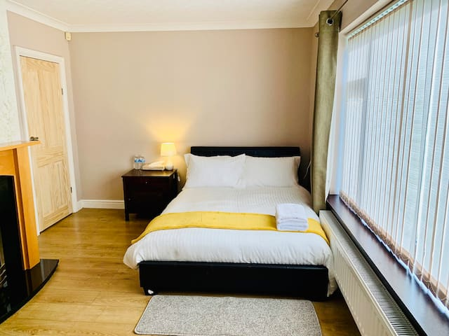 **Spacious Double Room In Clean Home**