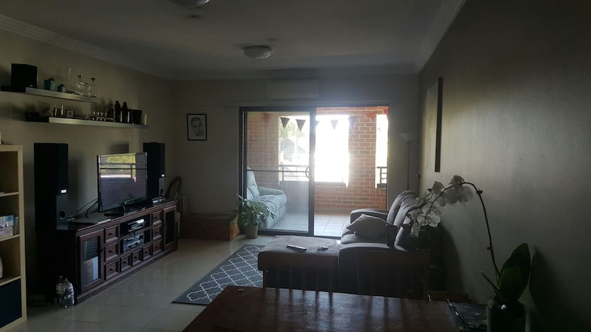 Modern room in bright and spacious house! - Annandale