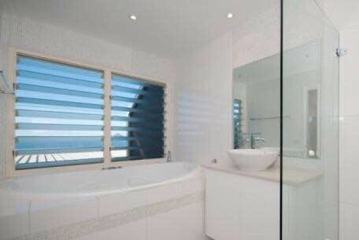 Own ensuite, jacuzzi & water views! - Salamander Bay - Hus