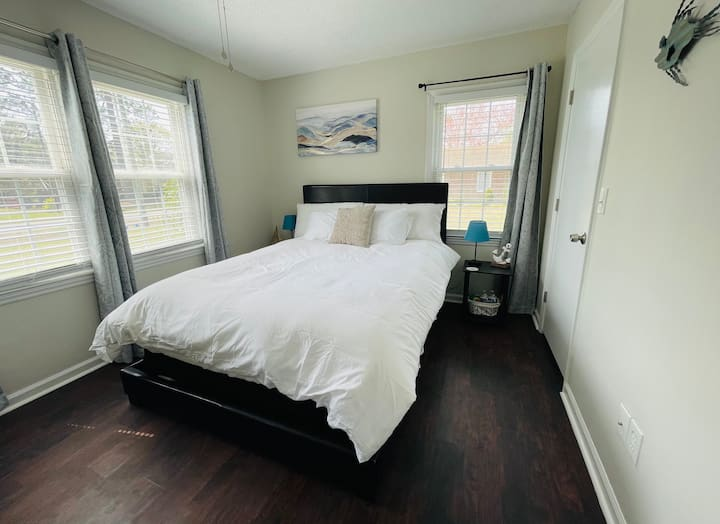 Clean, Queen Bedroom   12 mins to DT and Beach