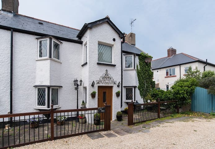 A charming 200 year old cottage near the sea - Porthcawl - Hus