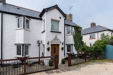 A charming 200 year old cottage near the sea - Porthcawl - Talo