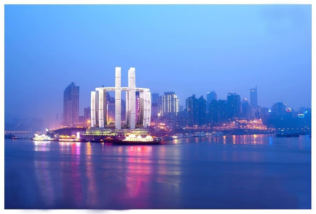 楼下江边夜景,正在建的朝天门地标建筑帆船酒店