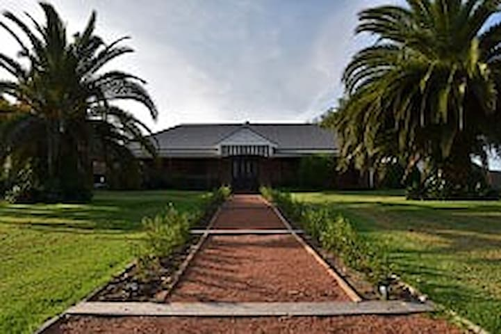 The Willows Bed n Breakfast - Acacia Room - Pyree - Bed & Breakfast