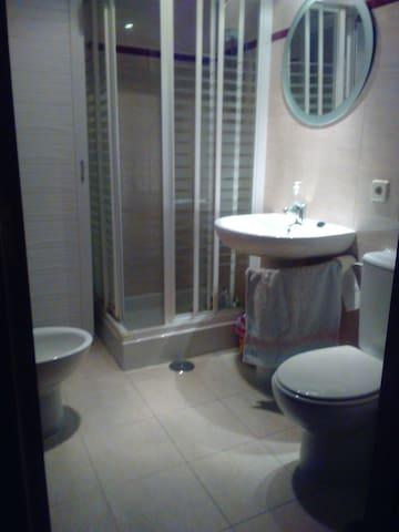 El cuarto de baño es de uso exclusivo para el huesped. Dispones de gel,  champú y pasta de dientes. Maquinillas  y  crema para afeitado.Gorro de baño . Secador de pelo.