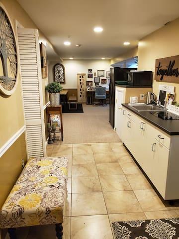 Cozy basement suite near Six Flags; private entry!