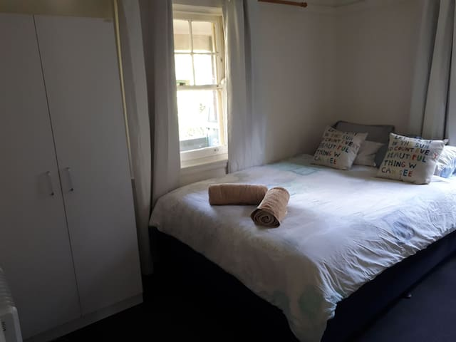 Bright and sunny room close to transport