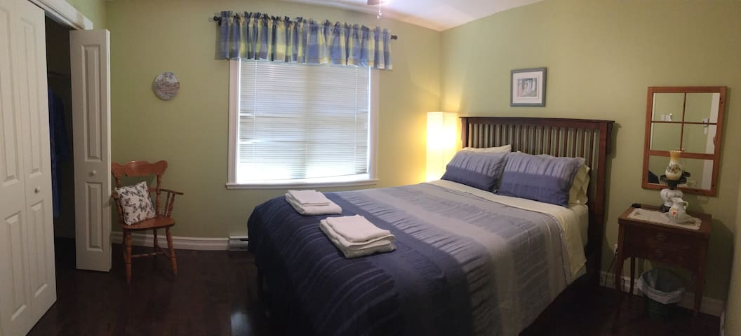 Spring Bedroom, With Queen bed size,  Super clean, Comfortable high-quality bed, garden, and sunrise view, Quiet neighborhood, Family guest House up to 9, Fully Equipped, Close to downtown and ski station, Close to lake and swimming pool