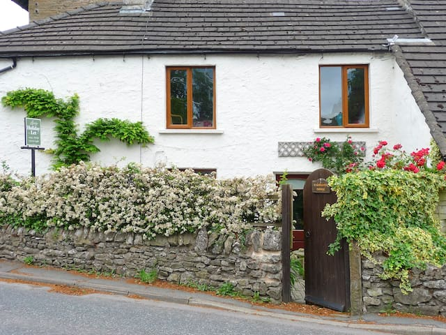 4 GREENCROSS COTTAGES, pet friendly in Burton-In-Kendal, Ref 987673
