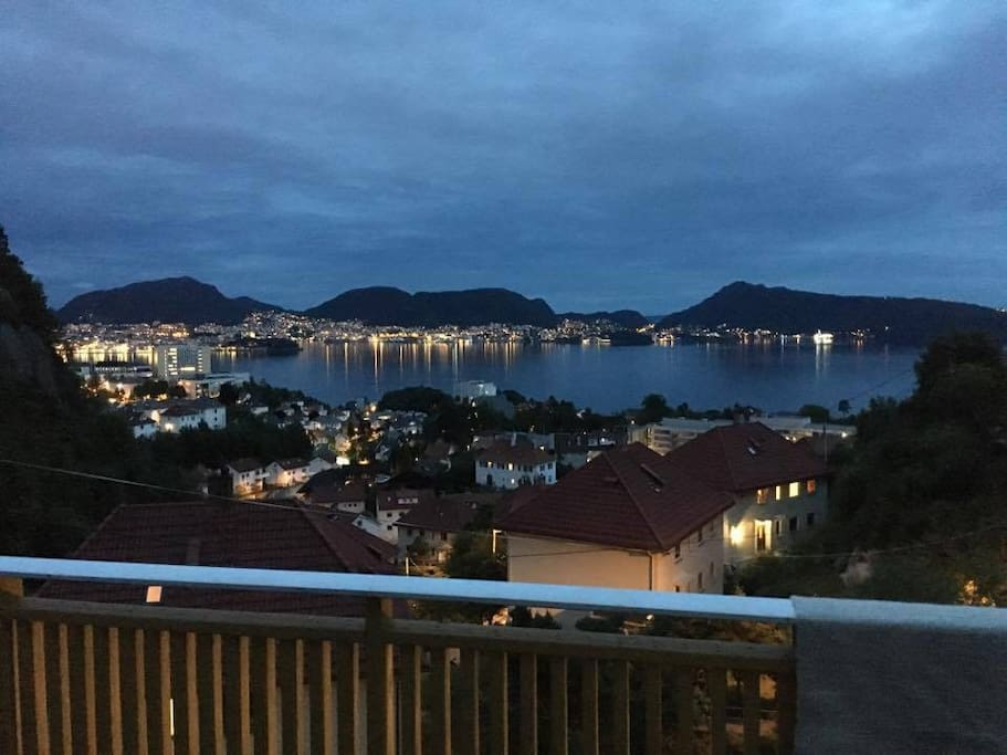 Kvelden kan nytes på terrassen.