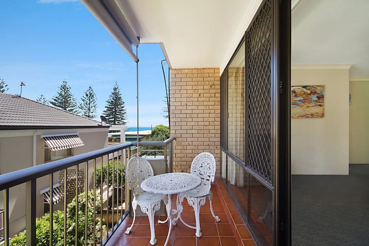 Cobden Court Unit 5 - 2 bedroom unit one street from the beach