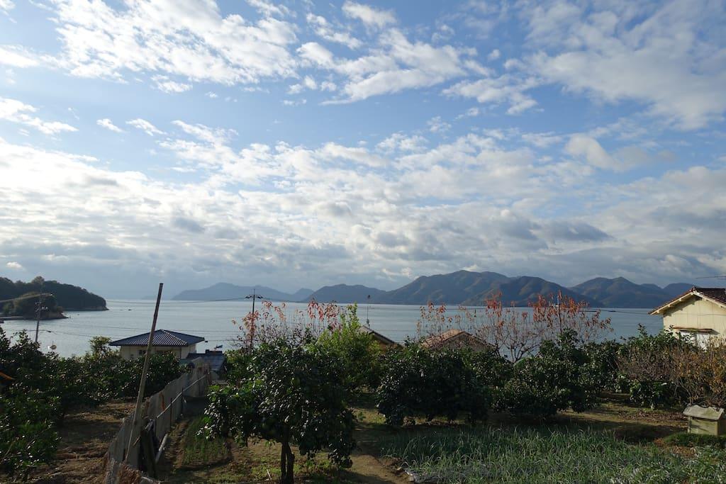 窓からは瀬戸内の多島美が望めます。/ View from my house.