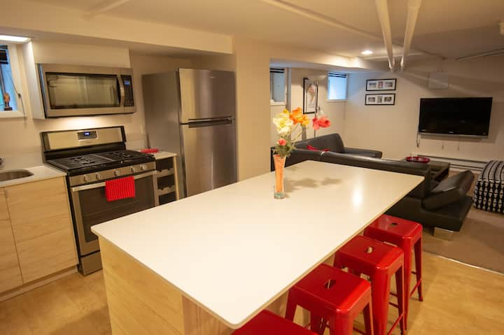 Apt in leafy NW DC, off-st parking, close to metro