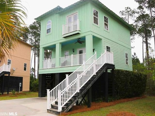 Beautiful 3 level cottage minutes from The Beach