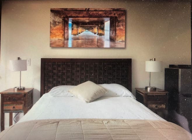Your Private Newly Remodeled GuestSuite has EVERYTHING You Need! Wifi, TV, AC, Queen Bed, Fridge, Microwave, Keurig, BBQ! PLUS RESORT PASS! POOLS/JACUZZIS/POOLSIDE BAR! 2-3 MIN WALK TO THE BEACH! Free Parking! Mo 'betta than a hotel room!