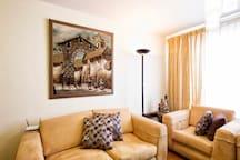 Por la habitación también puedes usar la sala y comedor, que son ambientes elegantes.