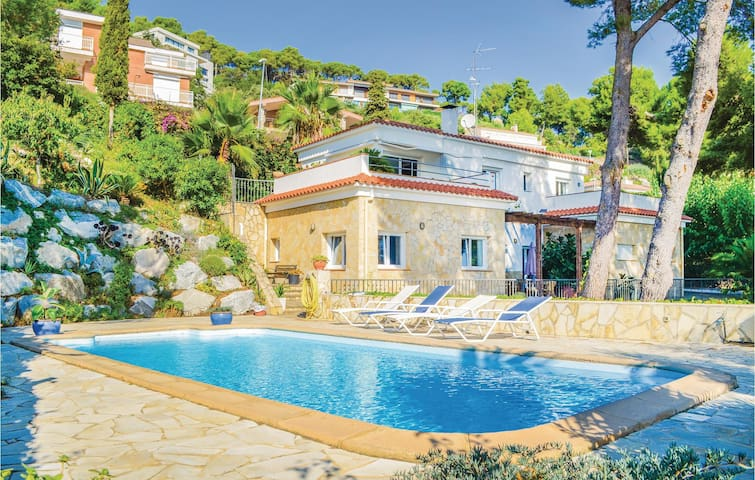 Holiday cottage with 4 bedrooms on 250m² in Blanes